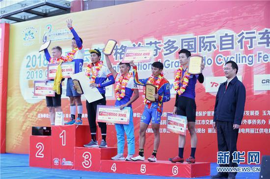 本届比赛长距离男子组总成绩颁奖仪式。新华网 张翼鹏 摄