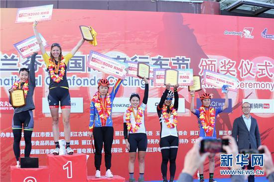 本届比赛长距离女子组总成绩颁奖仪式。 新华网 张翼鹏 摄