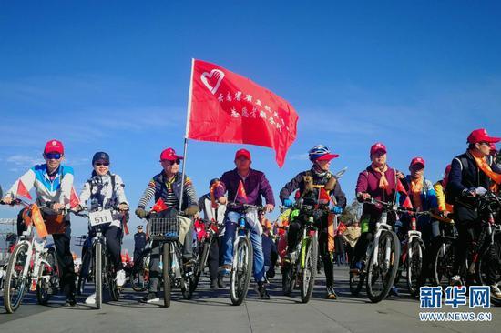 志愿者参加低碳骑行活动。新华网 赵普凡 摄