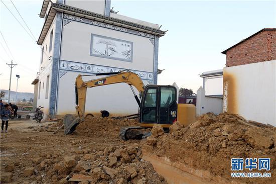 图为祥云县禾甸镇文新村正在进行危旧房拆除。