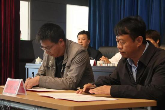▲县委副书记、县长冯林春与乡镇签订目标责任书
