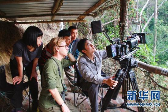 """正在""""打鸟""""的鸟类摄影爱好者。盈江县委宣传部供图"""