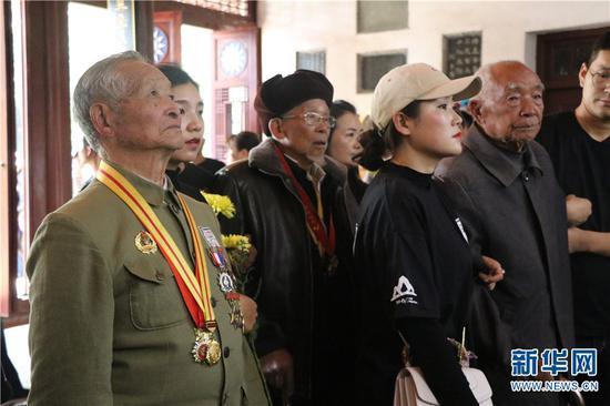抗战老兵在忠烈祠献花圈。新华网 邵维岑 摄