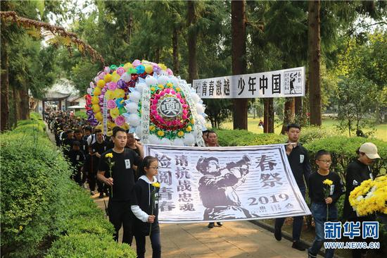 志愿者们进入国殇墓园。新华网 邵维岑 摄