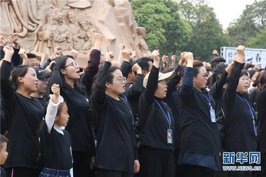 志愿者齐唱保卫黄河。新华网 邵维岑 摄
