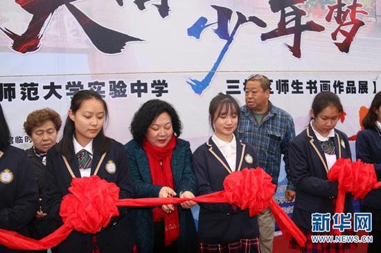 云南师范大学实验中学三校区师生书画作品展拉开序幕。
