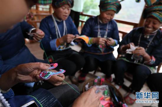 4月6日,板江村的妇女在刺绣。 新华社记者 江宏景摄