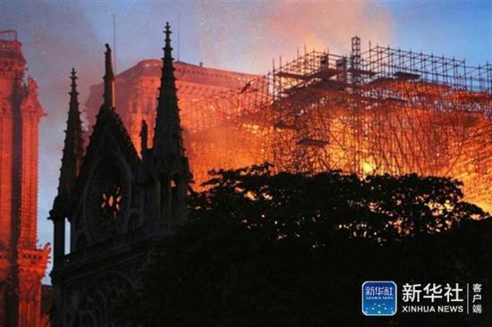4月15日,在法国巴黎,巴黎圣母院燃起大火。新华社记者 高静 摄
