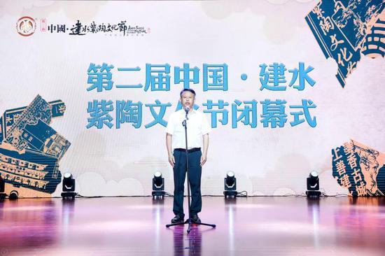 """县委副书记、县人民政府县长冯林春宣布""""第二届中国·建水紫陶文化节""""闭幕。"""