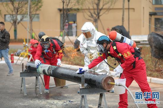 市政基础设施抢修队在处理燃气管道泄漏