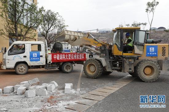 救援队紧张有序开展抗震救灾工作