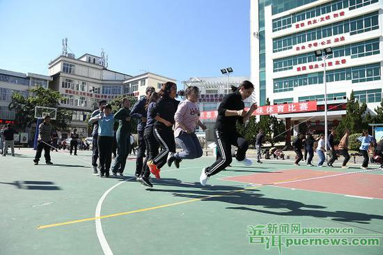 △图为思茅区举办的社区趣味运动会