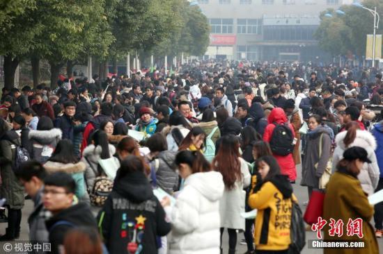 图为众多考生在考点参加考试。 陈暐 摄 图片来源:视觉中国