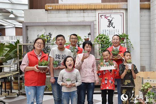 8月26日,云南省宣威市特殊教育学校迎来新学期。宣威市纪委监委的志愿者与新开学的孩子们一起栽种多肉植物。摄影:赵文