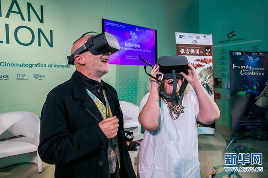 """在第76届威尼斯电影节""""聚焦中国""""活动中,观众使用VR设备观看电影《寒武纪家园》。"""