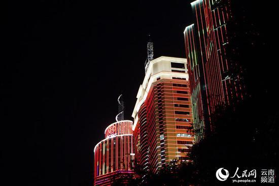 """""""向祖国表白""""庆祝新中国成立70周年城市灯光秀在昆明精彩上演。人民网薛丹摄"""