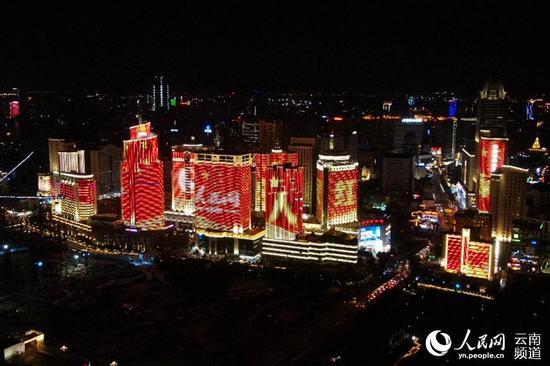 """""""向祖国表白""""庆祝新中国成立70周年城市灯光秀在昆明精彩上演。人民网李发兴摄"""
