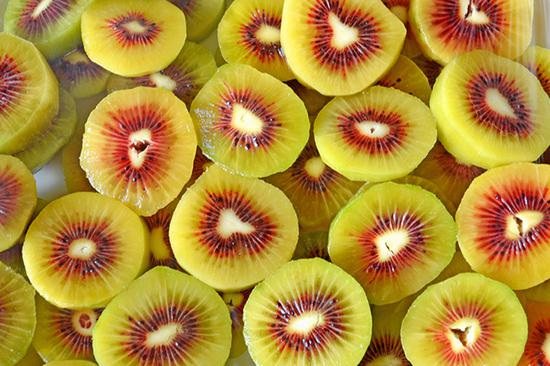 石屏县猕猴桃色泽鲜艳,饱满多汁。