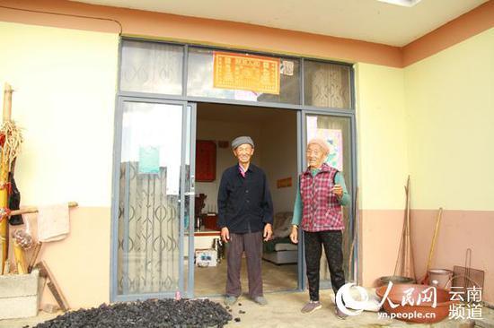 瞿绍兰夫妇在自家门前。(人民网 符皓 摄)