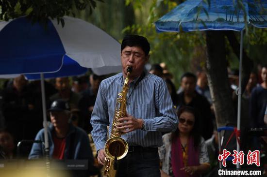 图为乐队在翠湖公园演奏。 康平 摄