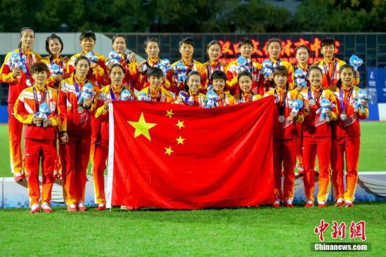 资料图:10月26日,第七届世界军人运动会女子足球决赛在湖北省武汉市举行。朝鲜女足2:1战胜中国女足获得冠军。图为中国队获得亚军合影。中新社记者 张畅 摄