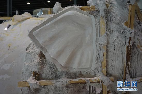 图为大象雕塑的翻模过程。供图 新华网发