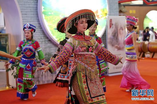 云南展区的民族歌舞表演。(新华网 张翼鹏 摄)