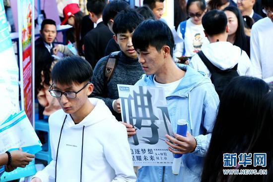 学生在双选会上寻找心仪的岗位。