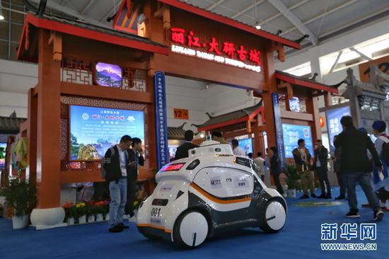 丽江大研古城展区展出的5G无人巡逻车。(新华网 张翼鹏 摄)