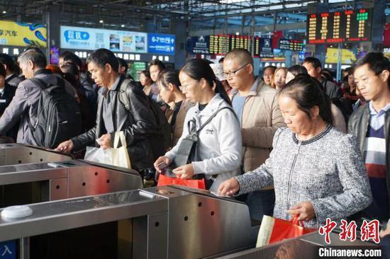 资料图:铁路旅客凭有效购票身份证件原件进站乘车。 杨华 摄