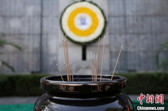 南京大屠杀死难者家庭祭告悼念逝者。 泱波 摄