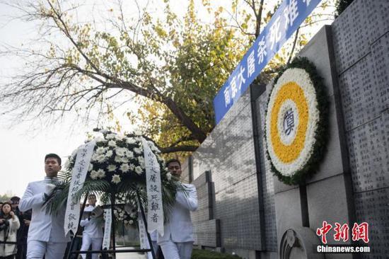 资料图:向南京大屠杀死难者敬献花篮仪式。中新社记者 泱波 摄