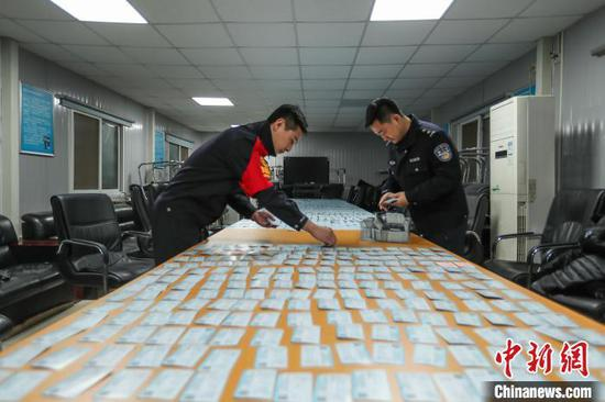 北京铁路警方12月16日发布消息称,一制贩假火车票、假航空运输电子客票行程单的制假窝点15日被警方捣毁。 庞贺雷 王海蛟 摄
