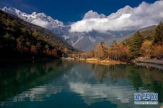 远眺玉龙雪山,景色壮美,风光无限。新华网发(陈畅 摄)