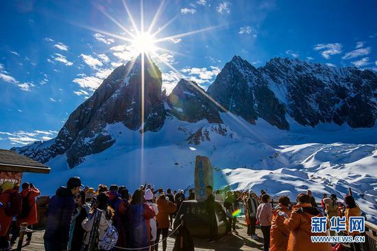 风光无限的玉龙雪山,吸引了众多游客前来观光游览。新华网发(陈畅 摄)