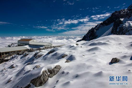 白雪覆盖、云海笼罩下的玉龙雪山,景色壮美,风光无限。新华网发(陈畅 摄)