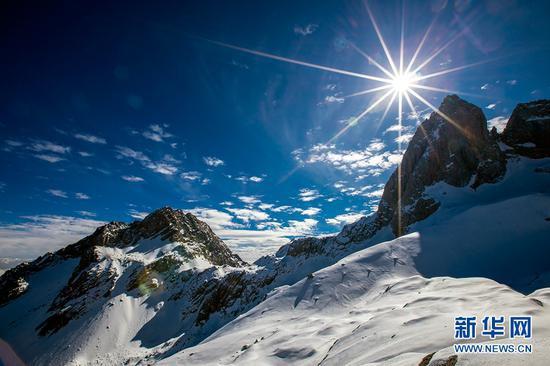 玉龙雪山景区,白雪与蓝天交相辉映,美不胜收。新华网发(陈畅 摄)