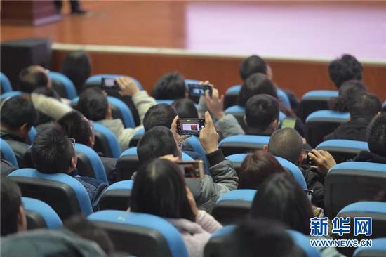 参会者用手机记录专家观点。