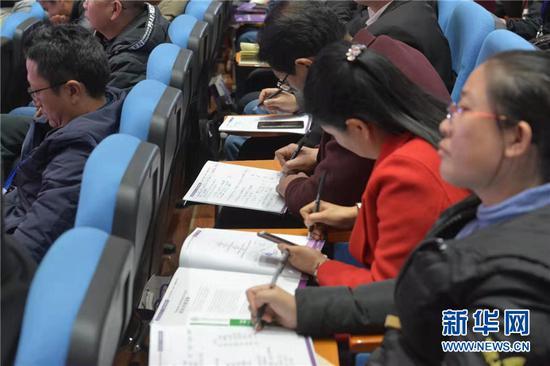 参会者记录专家观点。