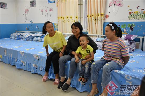 张桂梅和孤儿院的孩子们在一起。供图