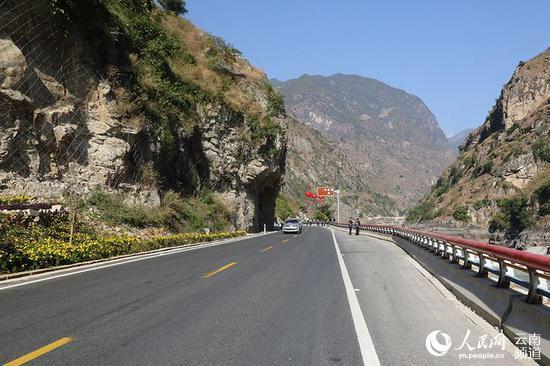 车辆行驶在怒江美丽公路上。(新跃华摄)