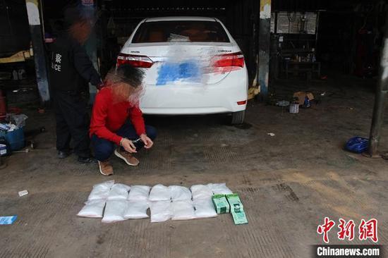 图为民警从车里查获的毒品。 韦立鹏 摄