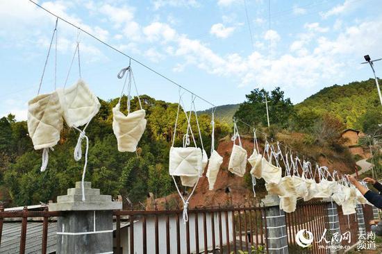 这支巾帼志愿服务队加班加点做口罩日产400个