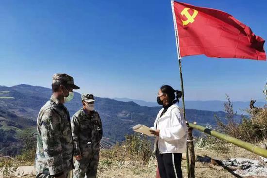 杨娜(右)与村里管控点值守任务的村民交流。(供图)