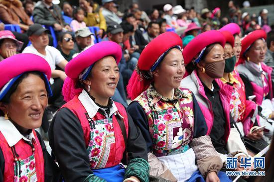 观看演出的当地村民。(新华摄影)