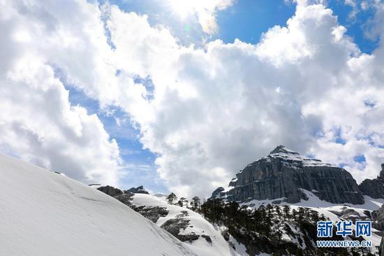 佛塔雪山浑然天成,在藏民心中犹如神迹。(新华摄影)