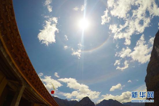 巴拉村上空的日晕。(新华摄影)