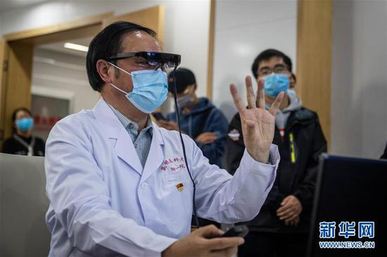 3月2日,昆明医科大学第一附属医院院长王昆华使用VR设备查看患者肺部情况。新华社记者 胡超 摄