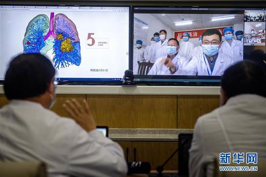 3月2日,昆明医科大学第一附属医院与云南省传染病医院的专家们对一名患者进行隔空诊断。新华社记者 胡超 摄