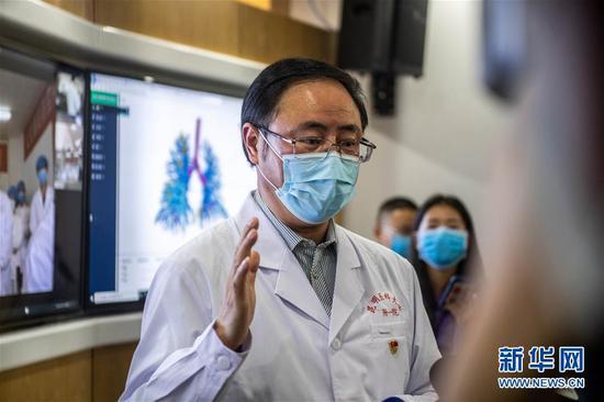 3月2日,昆明医科大学第一附属医院院长王昆华介绍AR/5G互联网三维数字新冠病毒远程会诊系统。新华社记者 胡超 摄